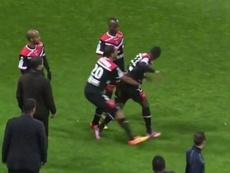 Saliou Ciss, jugador del Valenciennes, se enfrentó a sus compañeros tras recibir una tarjeta roja. YouTube.