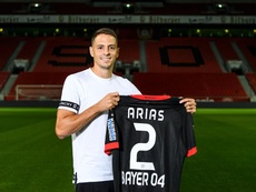 Arias poses with his new jersey. Twitter/fcbayer04_es