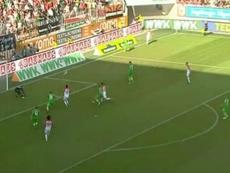 Sergio Córdova evitó la derrota del Augsburgo ante el Borussia Mönchengladbach. Twitter