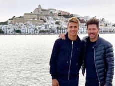Simeone aprovechó el día libre para verse con su hijo GIanluca en Ibiza. Instagram/giansimeone