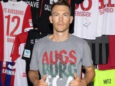 Lichtsteiner ficha por el Augsburg. Twitter/FCA_World