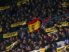 Un aficionado quiso reivindicar la bandera española en un acto de proclama independentista. EFE