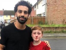 Conseguiu uma foto com Salah depois de dar de cara com um poste. Twitter/joecooper93