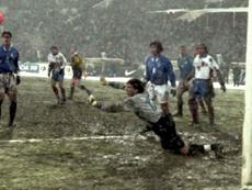Un giovanissimo Buffon compie una parata decisiva durante Russia-Italia nel 1997.