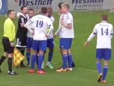 Un jugador del Baumber le dio un beso a Toni Muñoz por su fair play. Youtube
