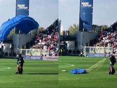 Il atterrit sur la pelouse lors du match Sassuolo-Inter.. Capture/Twitter/francis_welcome