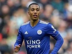 Youri Tielemans se quedará en el Leicester. AFP/Archivo