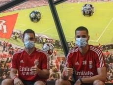 Zivkovic e Weigl posam após ataque ao ônibus do Benfica. Instagram @zivkovi17
