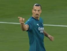 Ibrahimovic le regaló su camiseta a un recogepelotas. Captura/ESPN