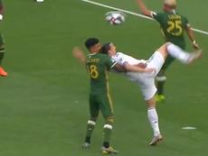 Sólo el palo evitó el gol en la última acrobacia de Ibrahimovic. Captura/MLS