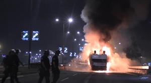 Ônibus do Estrela Vermelha em chamas. Captura Twitter @rodrigov363
