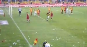 A dura missão de Mehmet Ekici de cobrar um escanteio no Galatasaray-Fenerbahçe. Captura