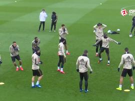 A roda de bobinho do Real Madrid teve uma quantidade enorme de canetas. Captura/Esporte Interativo