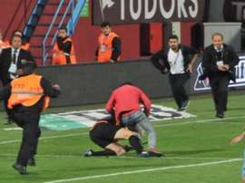 A Trabzonspor supporter attacked the assistant referee in the game against Fenerbahce. Twitter