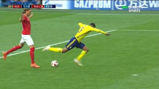 Lang acabó expulsado ante Suecia por una falta fuera del área. Captura/DirecTVSports
