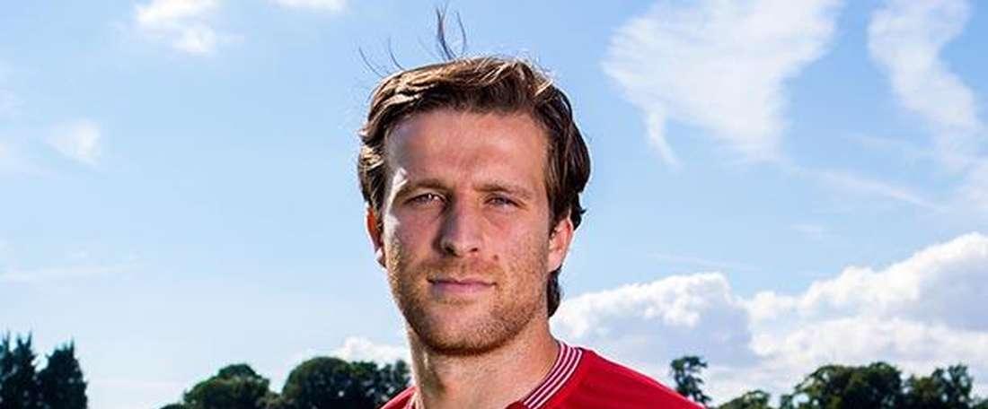 Adam Matthews posa con la camiseta del Bristol City, club en el que jugará cedido por el Sunderland. BCFC