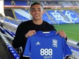 Adams posa con la camiseta del Birmingham City. BCFC