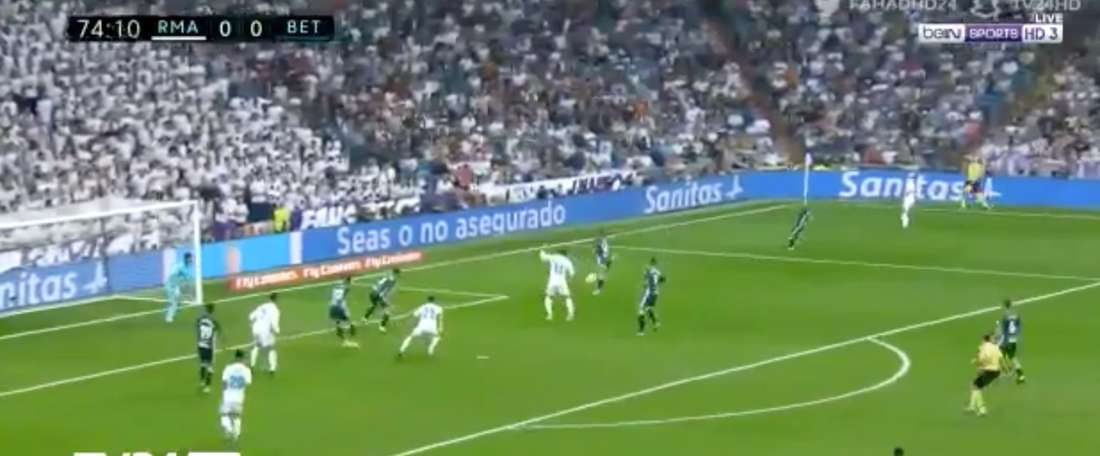 Adán evitou um 'golaço' de Bale no Real Madrid-Betis. Twitter/beIN