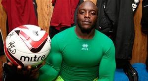 Akinfenwa,um dos jogadores mais fortes da história do futebol.