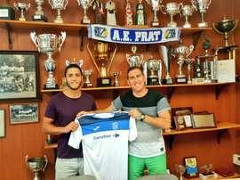 Adrián Montoro posa con la camiseta del Prat. AEPrat