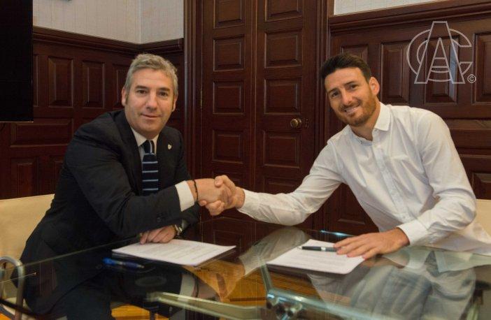O momento da assinatura do novo contrato de Aritz Aduriz. AthleticClub