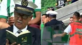 Expulsan a un aficionado de Palmeiras por leer un libro de Marx. Twitter/OliverLani666