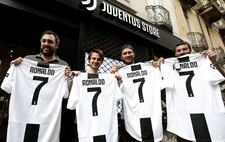 La vente de maillots, une importance source de revenus pour les clubs de foot. Twitter/VenturaDEM