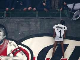 Aficionados del Ajax ahorcan un muñeco de Vermeer, ex portero del equipo. Twitter