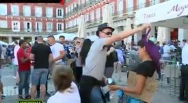 Un inspector de policía, entre los que humillaron a los mendigos en Madrid. Captura/LaSexta