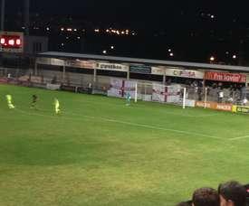 El fondo sur del Stadium Gal fue 'okupado' por los hinchas del Derby. Twitter/LaMediaInglesa