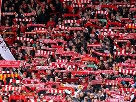 Afición del Liverpool cantando el You'll Never Walk Alone en Anfield. Twitter