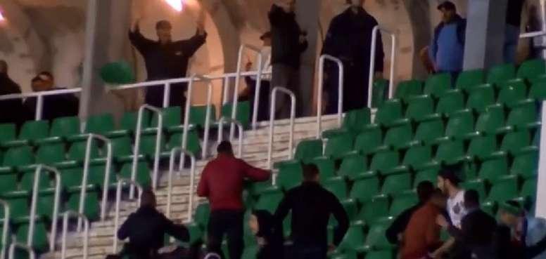 Pelea entre la policía y la afición del MC Alger. Captura