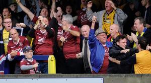 Aficionados del Slough Town celebran un gol en una ronda previa de la FA Cup. Twitter/sloughtownfc