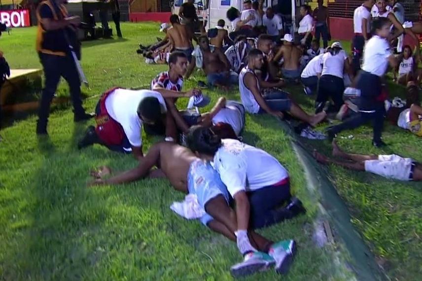 El fútbol roza la tragedia: gas pimienta, avalancha y 60 heridos