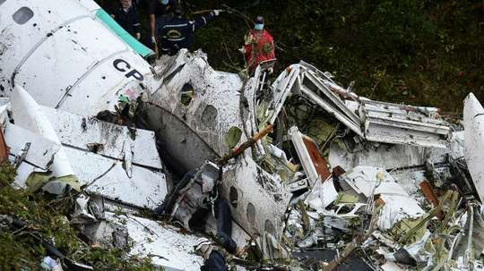 Rescue teams work to recover the bodies of victims of the LAMIA airlines charter. AFP