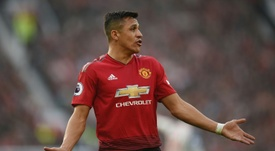 El Manchester United podría pagar las pocas ganas de cambiar de aires de Alexis Sánchez. AFP