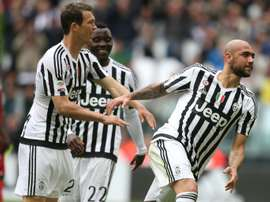 Juventus forward Simone Zaza (R) celebrates with Swiss defender Stephan Lichtsteiner. BeSoccer