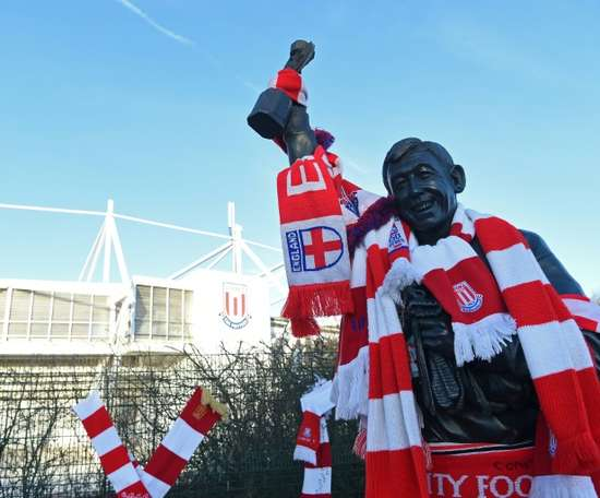 Gordon Banks' statue in Stoke-on-Trent was draped in scarves. AFP