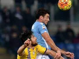 Filip Djordjevic cabecea el balón ante la oposición de Zukanovic, en el Lazio-Sampdoria. AFP