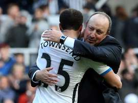 Newcastle United manager Rafa Benitez embraces Andros Townsend after the final whistle. BeSoccer