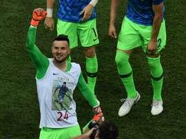 La FIFA advirtió al meta tras mostrar una camiseta en homenaje a un amigo fallecido. AFP