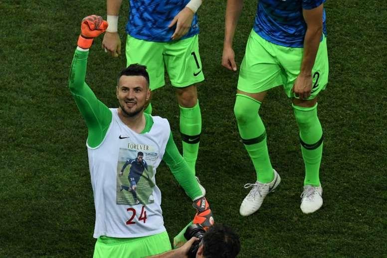 30abd78e4509b Pin La FIFA advirtió al meta tras mostrar una camiseta en homenaje a un  amigo fallecido.