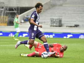 Toulouses forward Martin Braithwaite (L) clashes with Saint-Etiennes goalkeeper Stephane Ruffier during a French L1 football match on August 9, 2015 at the Municipal Stadium in Toulouse