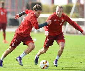 Bayern Munichs midfielder Mario Goetze (L) and Bayern Munichs midfielder Sebastian Rode attend a training session of the German first division Bundesliga team in Munich, southern Germany, on March 8, 2016