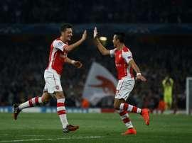 Os contratos de Özil e Alexis com o Arsenal expiram em 2018. AFP