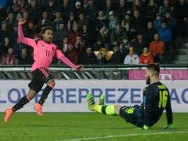 El nigeranoescocés Ikechi Anya anota el único tanto del encuentro entre la Rép. Checa y Escocia. AFP