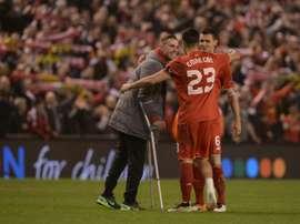 Henderson y Lovren, junto a Emre Can en la foto, pasaran de compañeros a rivales. AFP