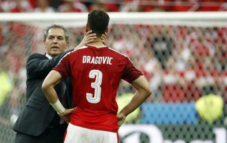 Austrias coach Marcel Koller speaks with defender Aleksandar Dragovic during the Euro 2016 match against Iceland on June 22, 2016