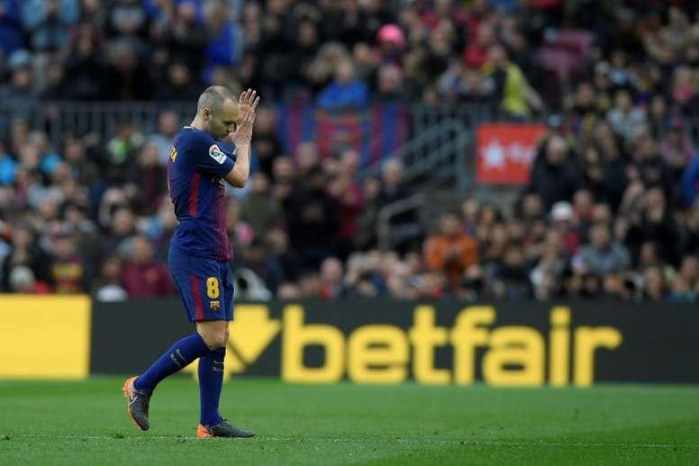 Conte se rindió a los pies de Iniesta. AFP