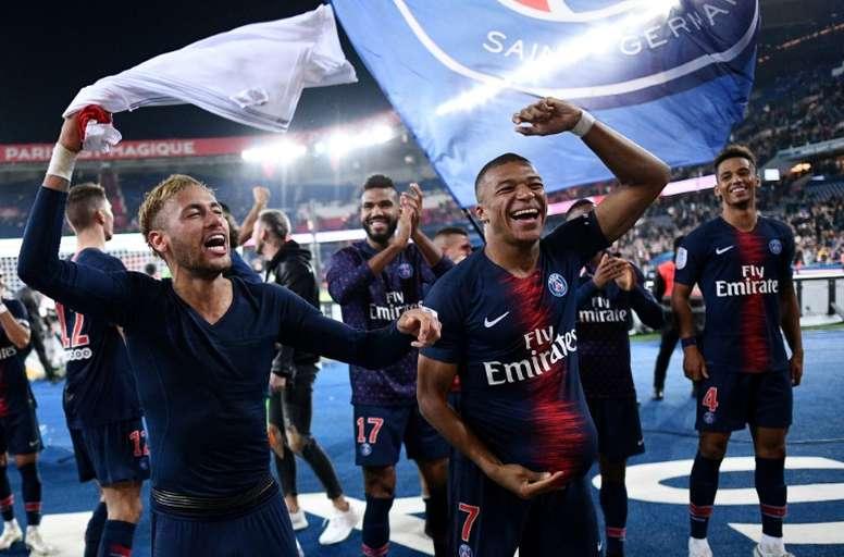 Neymar y Mbappé son los únicos que siguen el ritmo a Piatek. AFP